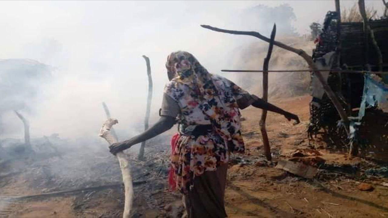 نازحة بمخيم كريندينق تحاول انقاذ بعض ممتلكاتها من الحربق